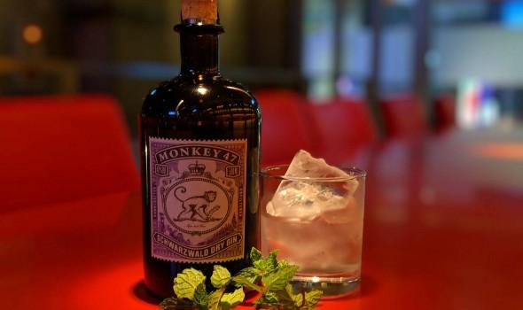 ドライジン モンキー47。その名の通り47種類ものボタニカルを使って作られたクラフトジン。「香水にもしてほしい」と評されるほどの華やかな香りとハーブやフルーツが織りなす複雑でバランスのとれたクラフトジン。