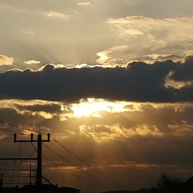 雲の中に太陽があるかのよう