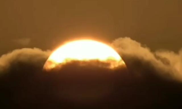ネットで見つけた雲に埋もれる太陽