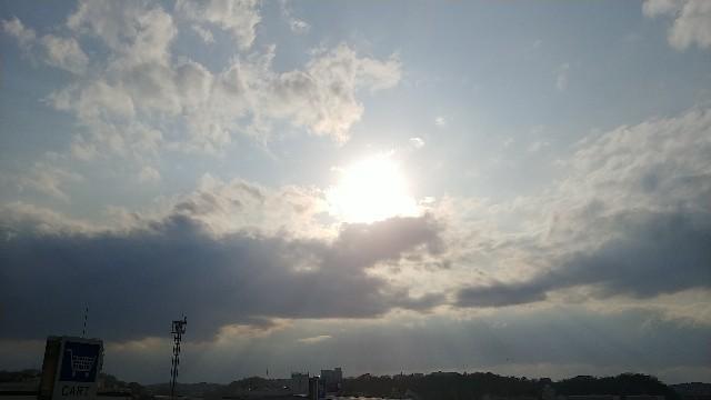 雲の中の太陽 光源に近い雲が光り輝いている。